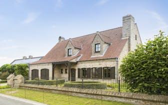 Op een grondoppervlakte van 784m² vinden we deze villa met 5 slaapkamers en dubbele garage te koop....