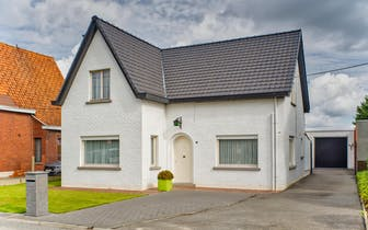 Alleenstaand huis in Staden met grote garage te koop. Dit verder af te werken huis staat op 500m² en...